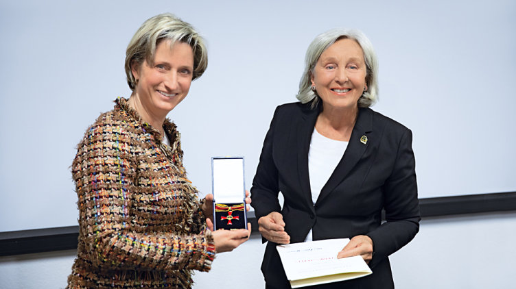 Special award for an entrepreneurial personality: Renate Pilz receives the Federal Cross of Merit from Baden-Württemberg's Minister of Economic Affairs Hoffmeister-Kraut. (Photo: Pilz GmbH & Co.KG)